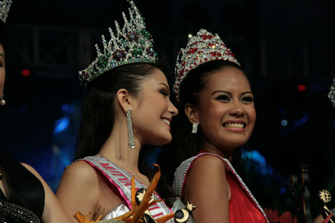 International 2009 : Candidate N0. 28, Ms. Jane Bañares from Legazpi City, Albay (right) and Mutya ng Pilipinas – Tourism Aurora: Candidate NO. 26, Ms. Jacqueline Schubert (left)