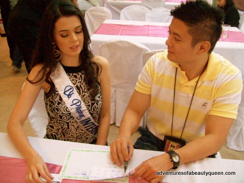 Bb Pilipinas International 2009 Melody Gersbach takes last minute Mandarin lessons from Photog Melvin Sia
