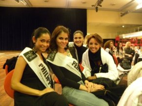 Michelle Oblea and other contestants in Queen of the World 2009