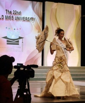 Yvette Santiago in winning National Costume, an Abaca design by Aga Rinon