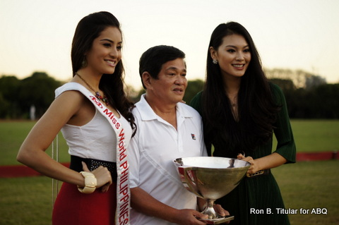 Butch Albert posing with his trophy and Miss World 2012 Wenxia Yu (right) and Miss World Philippines 2012 Queenie Rehman (left)
