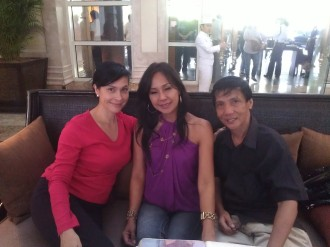 the blogging beauty queen (left) with Bb. Pilipinas Universe 1985 Cita Capuyon (middle) and Tony Paat