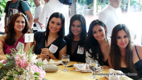 Just look at these beautiful smiles from the Philippines! L-R Miss International 2005 Lara Quigaman, Isabella Manjon, Czarina Gatbonton, Dianne Necio and I'm not quite sure who is at the right en