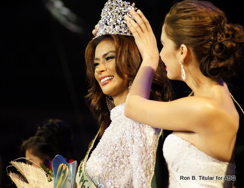 Last year's Miss Philippines Earth Stephany Stefanowitz crowns Angelee Claudett delos Reyes, our new Miss Philippines Earth winner!