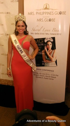Mrs. Globe 2013 Sheryl Lynn Baas of the Netherlands. Statuesque and doll-like!