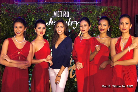 In the middle is Maggie Wilson, former Bb. Pilipinas World winner with the gorgeous models of Metro Jewelry