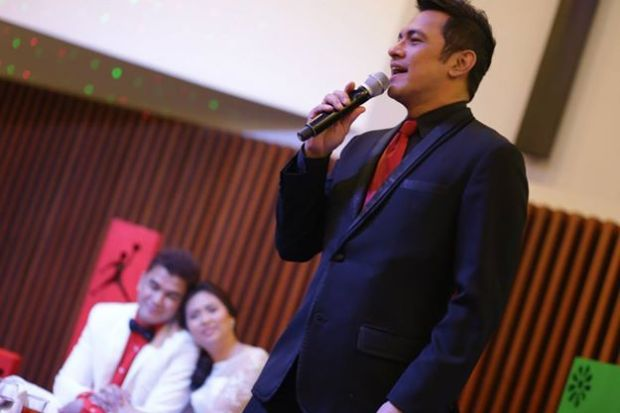 Gary V. sings to the newlywed Jordan and Ricci Escusa!