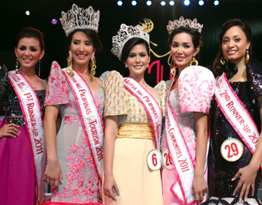 Vickie Marie Rushton (center) on the night she was crowned Mutya ng Pilipinas International!