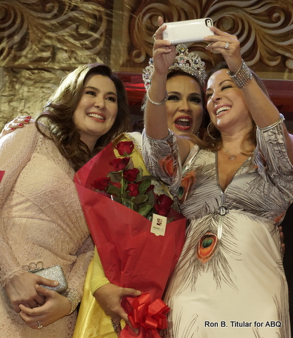 Dr. Tracy Kemble is into selfies! She took one with Mrs. Philippines Globe 2014 winners Stephanie Sitoy.