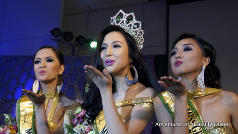 Flying kisses from Miss Grand Philippines 2014 Kim Karlsson (middle), 1st Runner-up Rose Fajardo (left) and 2nd Runner-up Erna Gomez (right)
