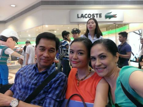 My seatmates - Pageant journalist Jay Patao, beauty queen Patricia Fernandez and moi