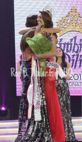Pia Wurtzbach gets a hug from outgoing Miss Philippines Universe 2014 MJ Lastimosa